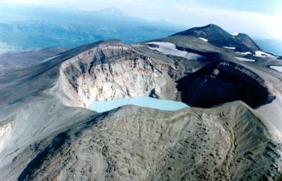 Кислотное озеро в кратере вулкана Малый Семячик, Камчатка