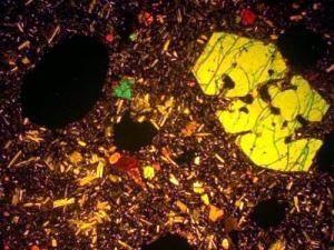 Оливиновый базальт, крупный фенокристалл оливина.