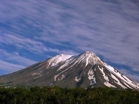 Жупановский вулкан. Южный склон, хорошо видны Первый и Второй конуса вулкана. Фото К.А.Бычков, 2005
