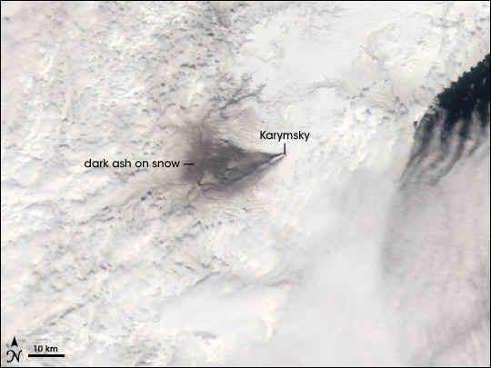 Мощный пепловый выброс на вулкане Карымский