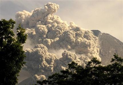 Эксплозивное извержение вулкана Мерапи, Индонезия. 8 июня 2006 г. Фото AP Photo/EKO SETYOHADI.