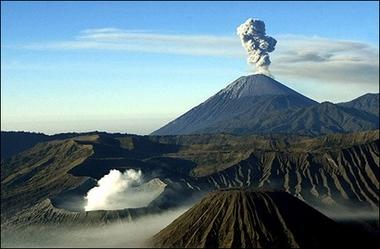 Одновременное извержение вулкана Бронто (на переднем плане) и вулкана Семеру (на заднем плане) на острове Ява, Индонезия. (AFP/Tarko Sudiarno)