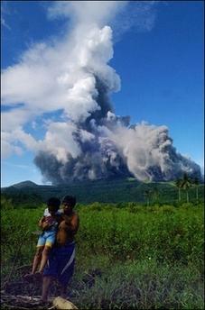 Фотография сделана около деревни Гуланг-Гуланг в июне 2006 года, во время предыдущей активизации вулкана. (AFP/File/Francis Malasig)