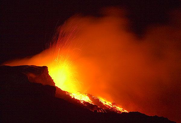 Этна.Стромболианская активность и лавовый поток, вытекающий из ЮВ-кратера. 4 октября 2006 года. Подробнее на GeoWiki