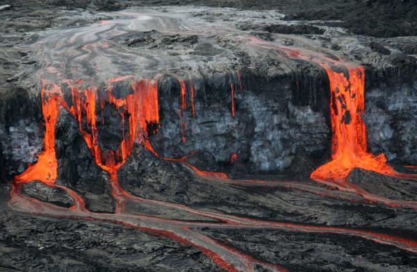 Лавопад, образующий одновременно пахоехоэ и аа-лавы. Гавайи, Килауэа.
