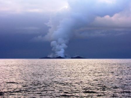 Извержение около острова Вавайю (Vava'u) 12-13 августа 2006 г. Фотография сделана Frederik Fransson, яхта 'Maiken'. http://yacht-maiken.blogspot.com/2006/08/stone-sea-and-volcano.html