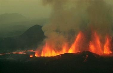 Извержение вулкана Ньямлагира, Конго, Африка 28 июля 2002. Фотография AP Photo/Sayyid Azim.