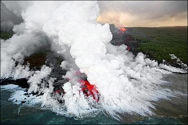 Лавовый поток вулкана Питон де ля Фурнезе стекая в Индийский океан вызывает кипение и образование огромных столбов пара. Фотография сделана 5 апреля 2007 г. Фотограф Рихард Буйе (Richard Bouhet/AFP). Фотография взята с http://news.yahoo.com/photo/070408/photos_sc_afp/b763e8708cacfa3e4666ea238fb0ec63
