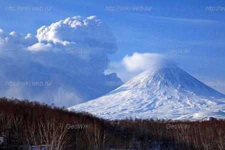 Извержение вулкана Безымянный 8 марта 2012 года. Вид из пос.Ключи, на переднем плане находится вулкан Ключевской. Фотография Ю.Деменчука.